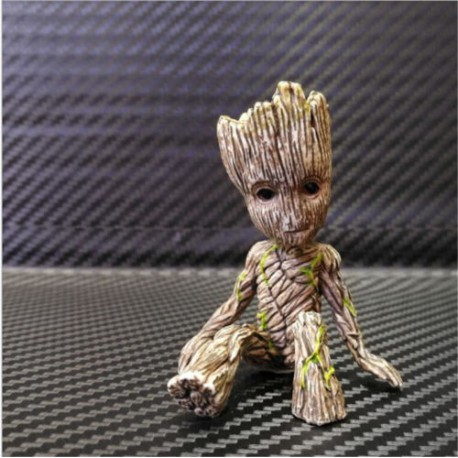 Baby Groot assis